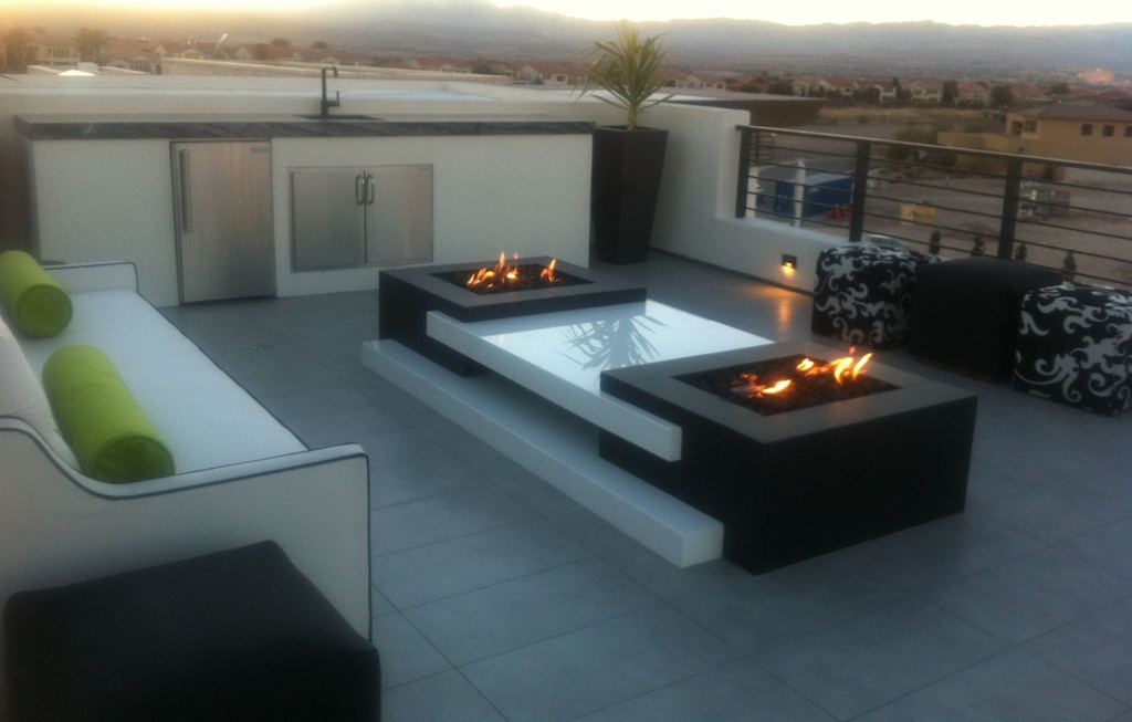 8 modern outdoor fire pits for Modern fire pit ideas