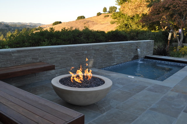 Round pool-side fire pit and floating bench (source: houzz.com) - 8 Modern Outdoor Fire Pits