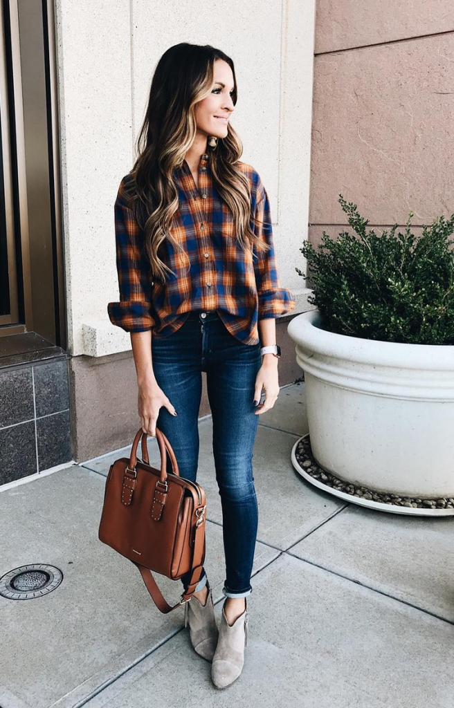 5cfa090b09dd ... Navy and warm brown tones work with dark wash skinny jeans, neutral  booties, and a structured bag (instagram: laurenkaysims) ...